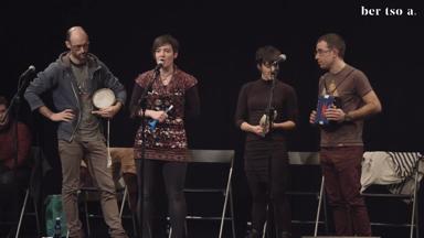 Uxue Alberdi, Agin Laburu, Oihana Iguaran eta Amets Arzallus. Haurtzaindegian musika instrumentu banarekin.